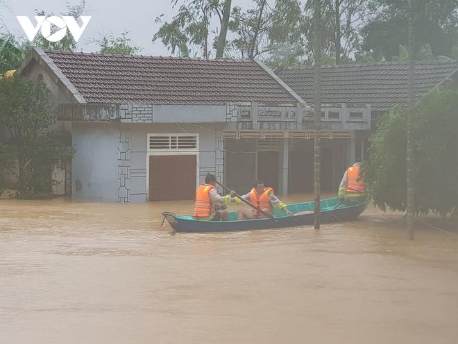Nước lũ tràn qua Quốc lộ 1A, BOT ở Quảng Trị phải xả trạm - Ảnh 6.