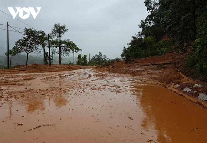 Nước lũ tràn qua Quốc lộ 1A, BOT ở Quảng Trị phải xả trạm - Ảnh 8.