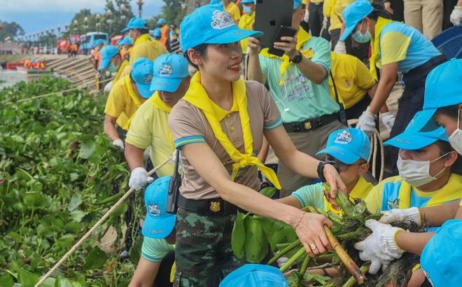 [ẢNH] Hoàng quý phi Thái Lan tái xuất tươi tắn sau ngày phục vị, thực hiện nhiệm vụ hoàng gia một mình