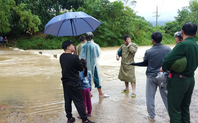 Chiến sỹ bộ đội cứu sống nữ sinh giữa dòng nước lũ