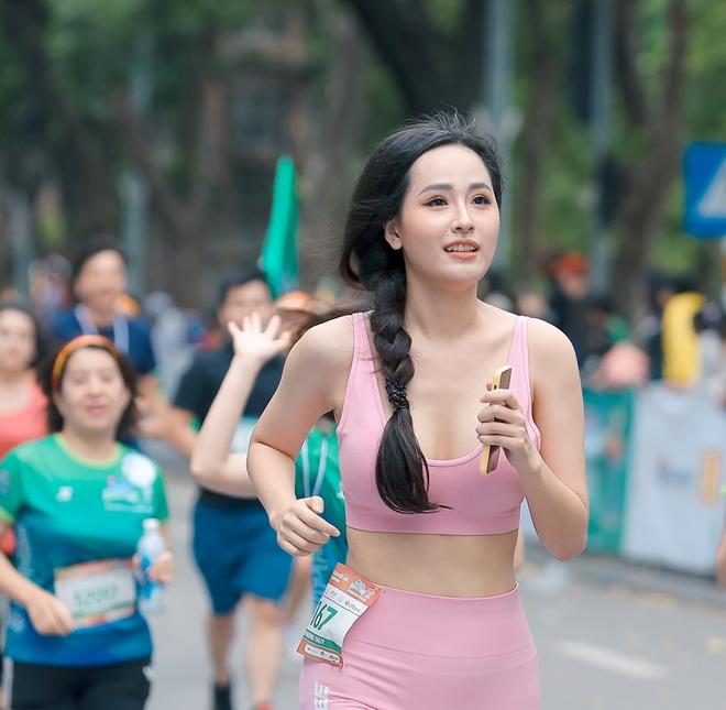 Hoa hậu Mai Phương Thúy nổi bật trên đường chạy - Ảnh 4.
