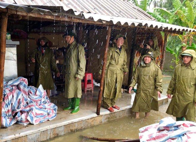 [Ảnh] Hà Tĩnh khẩn trương sơ tán hàng nghìn người dân vùng lũ lụt - Ảnh 19.