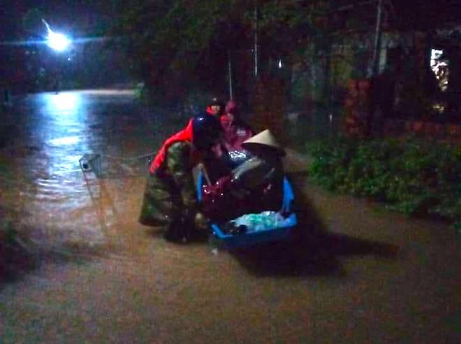 [Ảnh] Hà Tĩnh khẩn trương sơ tán hàng nghìn người dân vùng lũ lụt - Ảnh 13.