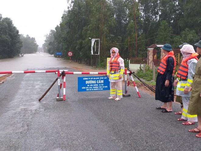 [Ảnh] Hà Tĩnh khẩn trương sơ tán hàng nghìn người dân vùng lũ lụt - Ảnh 15.