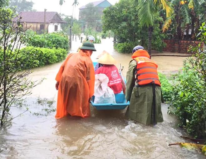 [Ảnh] Hà Tĩnh khẩn trương sơ tán hàng nghìn người dân vùng lũ lụt - Ảnh 4.