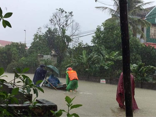 [Ảnh] Hà Tĩnh khẩn trương sơ tán hàng nghìn người dân vùng lũ lụt - Ảnh 16.