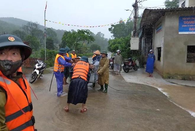 [Ảnh] Hà Tĩnh khẩn trương sơ tán hàng nghìn người dân vùng lũ lụt - Ảnh 8.
