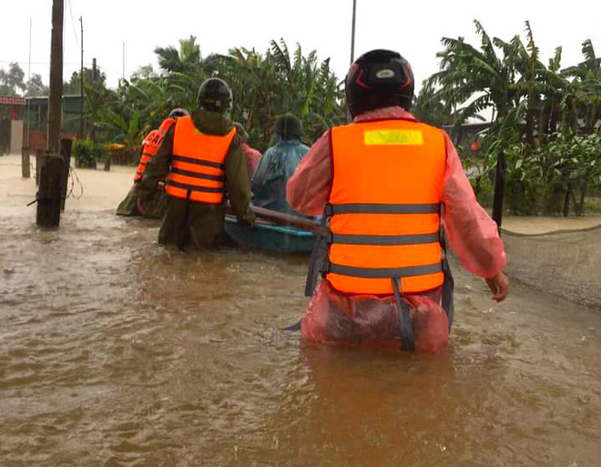 [Ảnh] Hà Tĩnh khẩn trương sơ tán hàng nghìn người dân vùng lũ lụt - Ảnh 17.