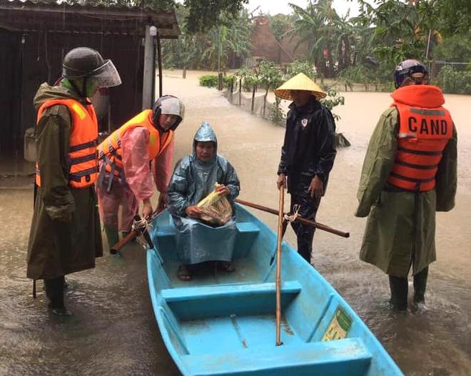 [Ảnh] Hà Tĩnh khẩn trương sơ tán hàng nghìn người dân vùng lũ lụt - Ảnh 9.