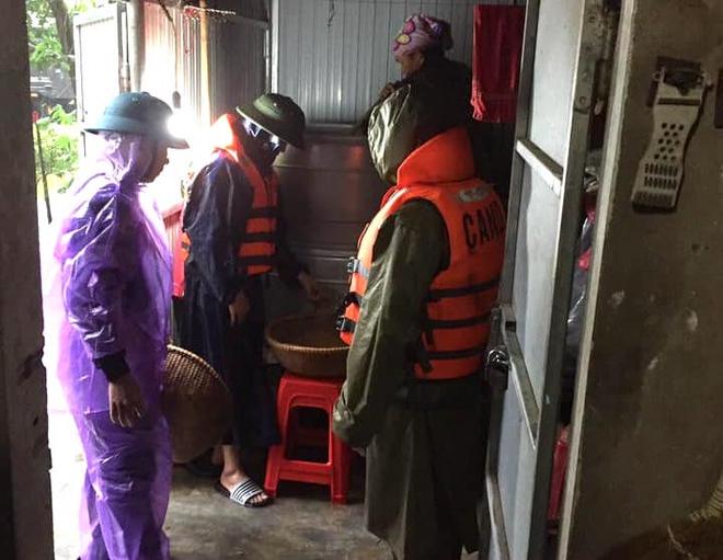 [Ảnh] Hà Tĩnh khẩn trương sơ tán hàng nghìn người dân vùng lũ lụt - Ảnh 18.