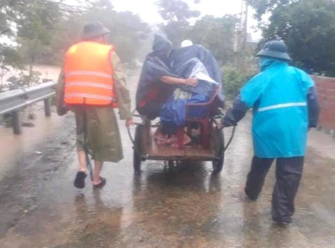 [Ảnh] Hà Tĩnh khẩn trương sơ tán hàng nghìn người dân vùng lũ lụt - Ảnh 10.