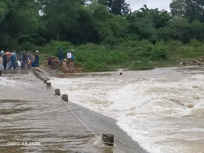 Lật thuyền trong đêm mưa, 3 người đàn ông bị rơi xuống sông - Ảnh 2.