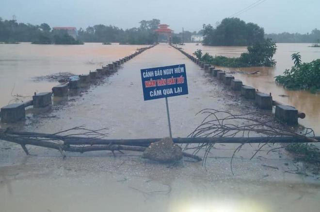 [Ảnh] Hà Tĩnh khẩn trương sơ tán hàng nghìn người dân vùng lũ lụt - Ảnh 2.