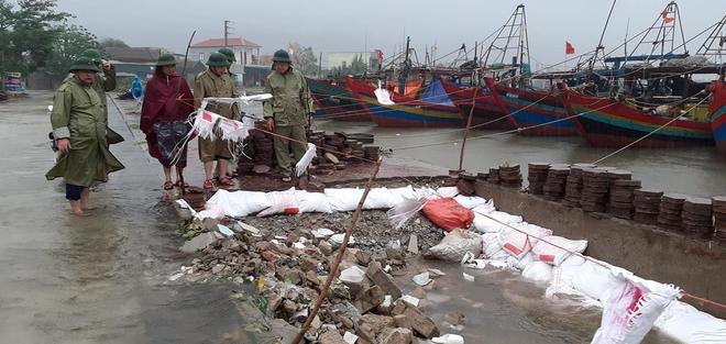 [Ảnh] Hà Tĩnh khẩn trương sơ tán hàng nghìn người dân vùng lũ lụt - Ảnh 21.