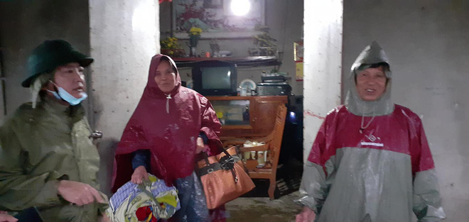 [Ảnh] Hà Tĩnh khẩn trương sơ tán hàng nghìn người dân vùng lũ lụt - Ảnh 20.