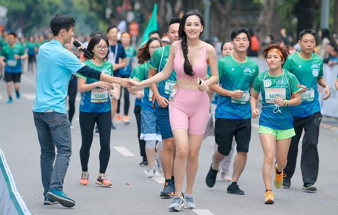 Hoa hậu Mai Phương Thúy nổi bật trên đường chạy - Ảnh 3.