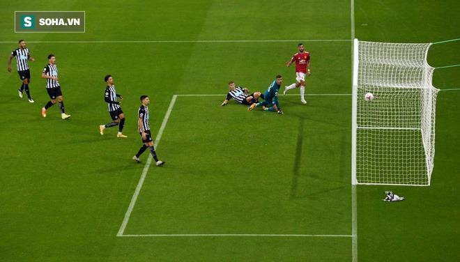 Man United thắng đậm thót tim đầy hư cấu, Bruno Fernandes vụt biến từ tội đồ thành người hùng - Ảnh 1.
