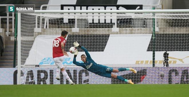 Man United thắng đậm thót tim đầy hư cấu, Bruno Fernandes vụt biến từ tội đồ thành người hùng - Ảnh 2.