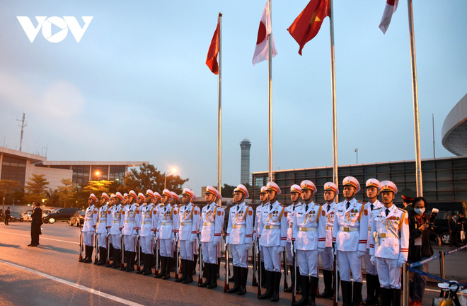 Hình ảnh Thủ tướng Suga Yoshihide và đoàn cấp cao Nhật Bản đến Nội Bài - ảnh 3
