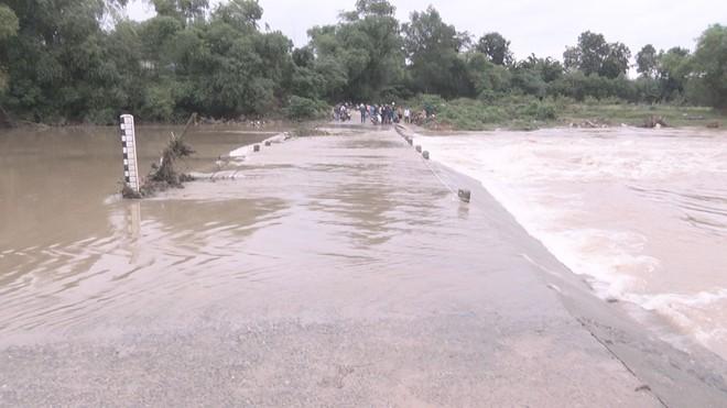 Lật thuyền trong đêm mưa, 3 người đàn ông bị rơi xuống sông - Ảnh 3.
