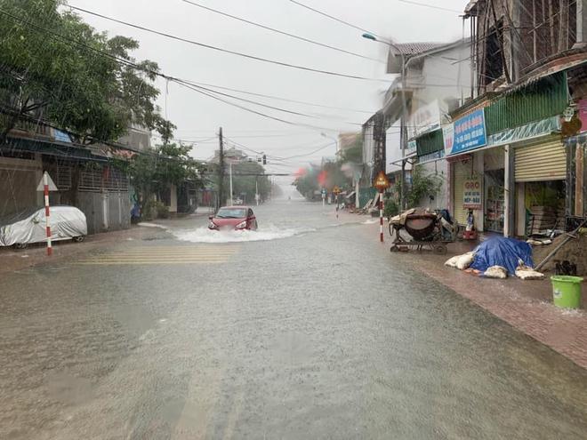 [Ảnh] Hà Tĩnh khẩn trương sơ tán hàng nghìn người dân vùng lũ lụt - Ảnh 5.