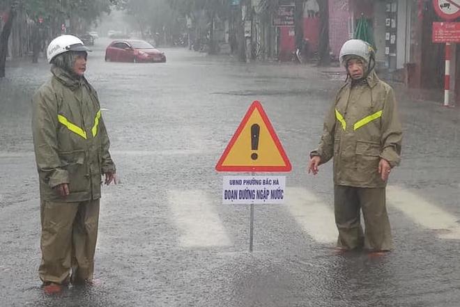 [Ảnh] Hà Tĩnh khẩn trương sơ tán hàng nghìn người dân vùng lũ lụt - Ảnh 7.