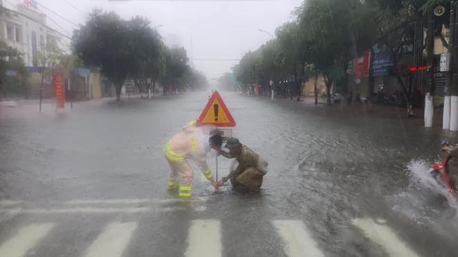 [Ảnh] Hà Tĩnh khẩn trương sơ tán hàng nghìn người dân vùng lũ lụt - Ảnh 6.