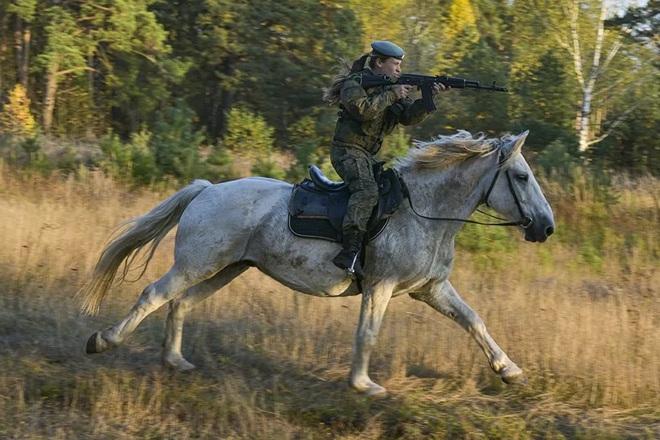 Nữ binh Nga trong chùm ảnh đầy bản lĩnh trên lưng ngựa: Ai nói kỵ binh đã hết thời? - Ảnh 1.