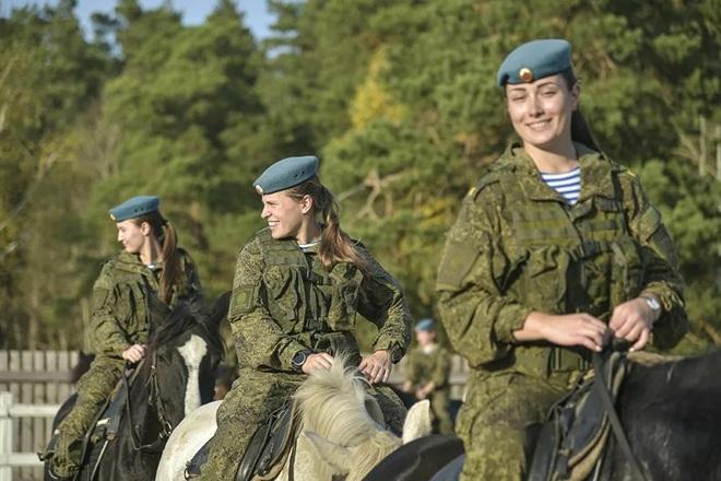 Nữ binh Nga trong chùm ảnh đầy bản lĩnh trên lưng ngựa: Ai nói kỵ binh đã hết thời? - Ảnh 2.