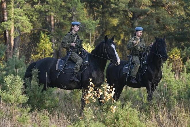 Nữ binh Nga trong chùm ảnh đầy bản lĩnh trên lưng ngựa: Ai nói kỵ binh đã hết thời? - Ảnh 5.
