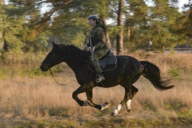 Nữ binh Nga trong chùm ảnh đầy bản lĩnh trên lưng ngựa: Ai nói kỵ binh đã hết thời? - Ảnh 6.