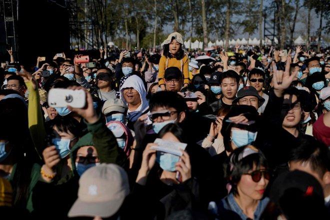 24h qua ảnh: Người biểu tình Thái Lan chống chọi với vòi rồng cảnh sát - Ảnh 4.