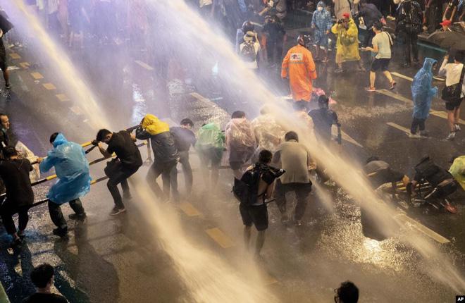 24h qua ảnh: Người biểu tình Thái Lan chống chọi với vòi rồng cảnh sát - Ảnh 2.