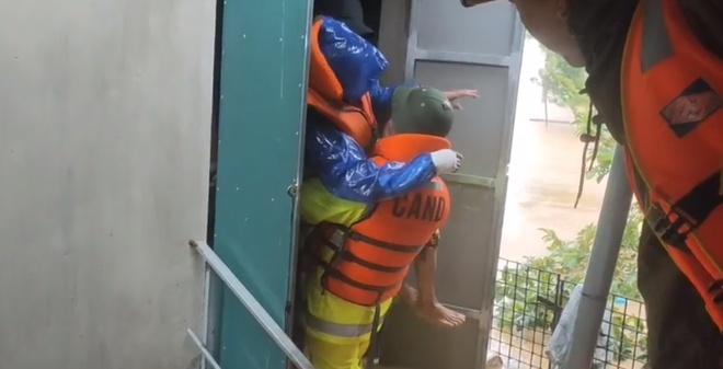 Dân Quảng Bình lùa trâu lên quốc lộ tránh lũ, cứu hộ chạy đua giải cứu bà cụ gãy chân tay kẹt trong nước - Ảnh 12.