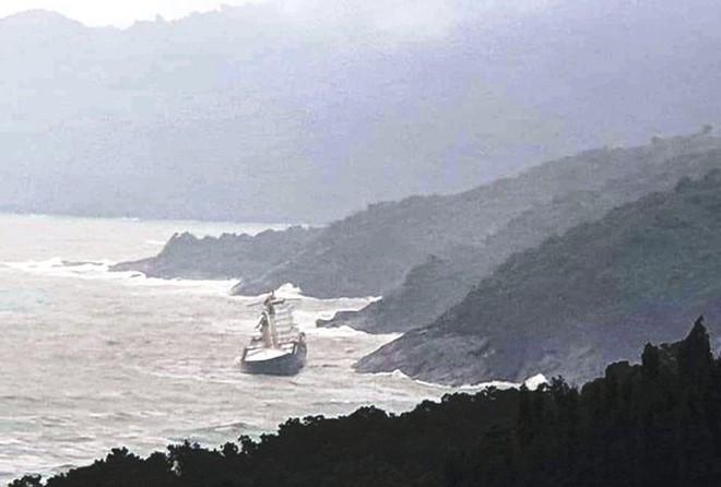 Tàu nước ngoài bí ẩn dạt vào bờ biển TT-Huế đã bị gãy làm đôi - Ảnh 1.