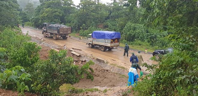 Sạt lở vùi lấp 22 người ở Quảng Trị: Đã thông đường, xe đưa những thi thể ra ngoài - Ảnh 1.
