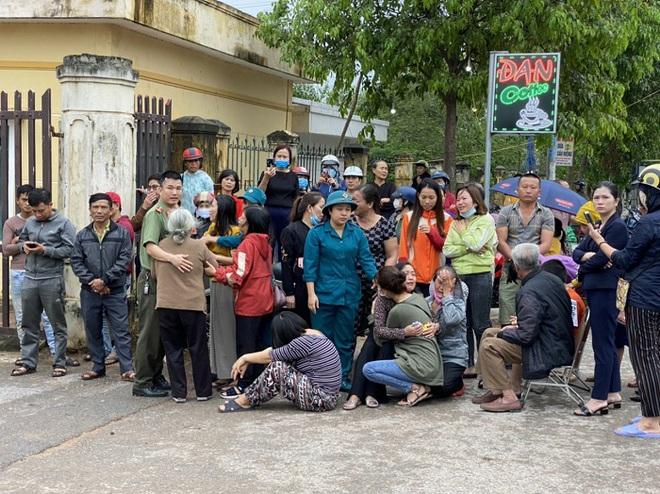 Sạt lở vùi lấp 22 người ở Quảng Trị: Đã thông đường, xe đưa những thi thể ra ngoài - Ảnh 3.
