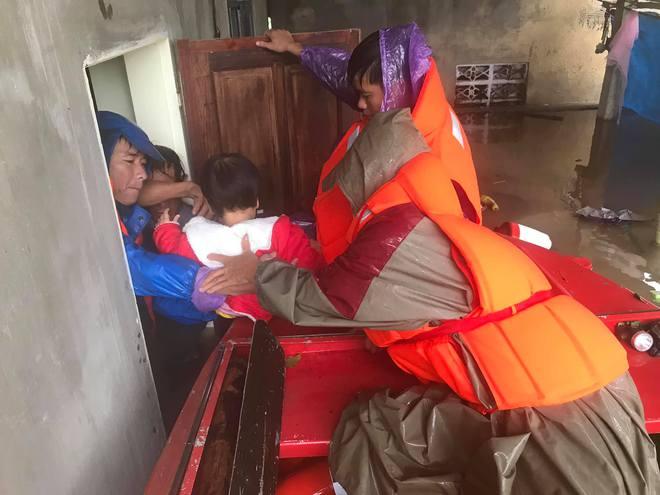 Video đoàn ô tô bò trên QL1A ngập sâu, người đi xe máy bị nước lũ xô nghiêng ngả - Ảnh 11.