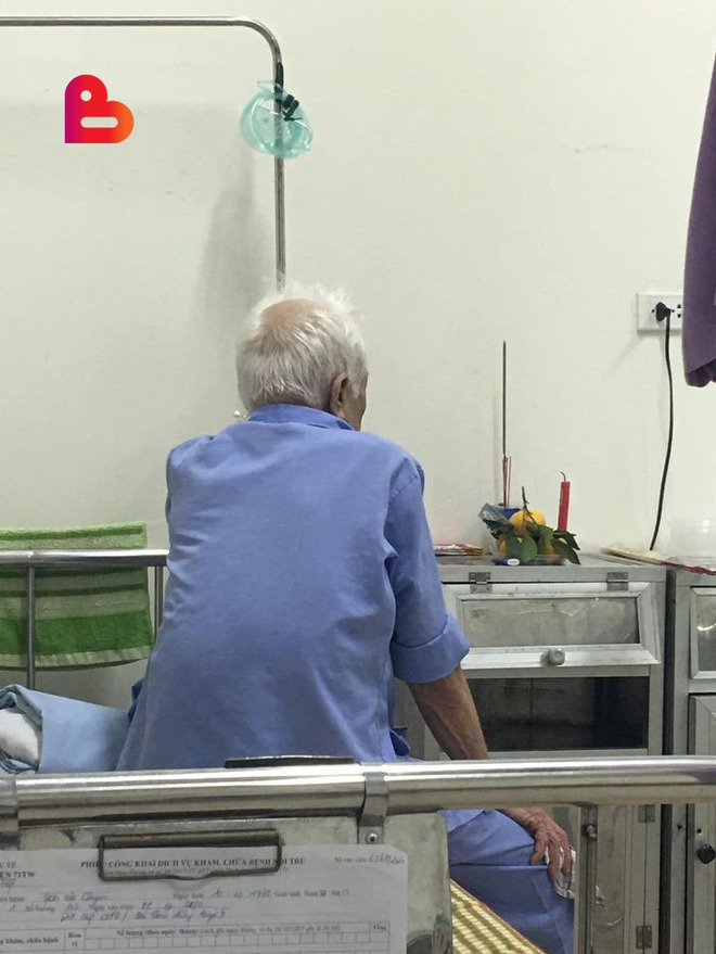 Cụ ông bật khóc, đĩa quýt và nén nhang đặt vội trong phòng bệnh khiến người chứng kiến nhói lồng ngực - Ảnh 1.