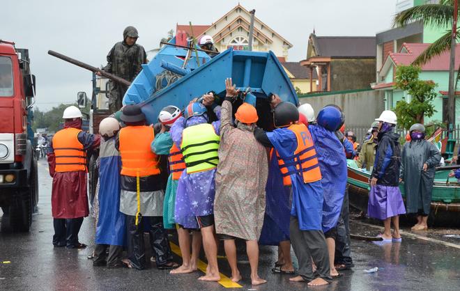 Miếng cơm ăn vội dưới mưa trên đường đưa đồ tiếp tế cho dân bị lũ cô lập ở Quảng Bình - Ảnh 2.