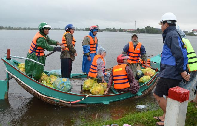Miếng cơm ăn vội dưới mưa trên đường đưa đồ tiếp tế cho dân bị lũ cô lập ở Quảng Bình - Ảnh 5.