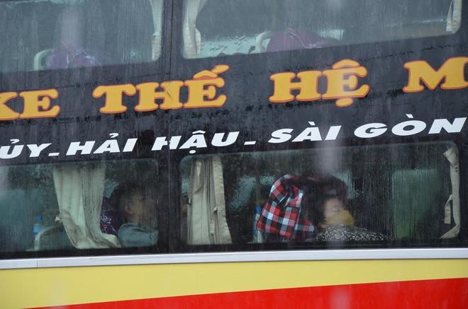 Dân Quảng Bình lùa trâu lên quốc lộ tránh lũ, cứu hộ chạy đua giải cứu bà cụ gãy chân tay kẹt trong nước - Ảnh 9.