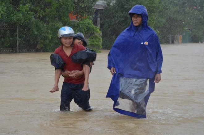 Dân Quảng Bình lùa trâu lên quốc lộ tránh lũ, cứu hộ chạy đua giải cứu bà cụ gãy chân tay kẹt trong nước - Ảnh 14.