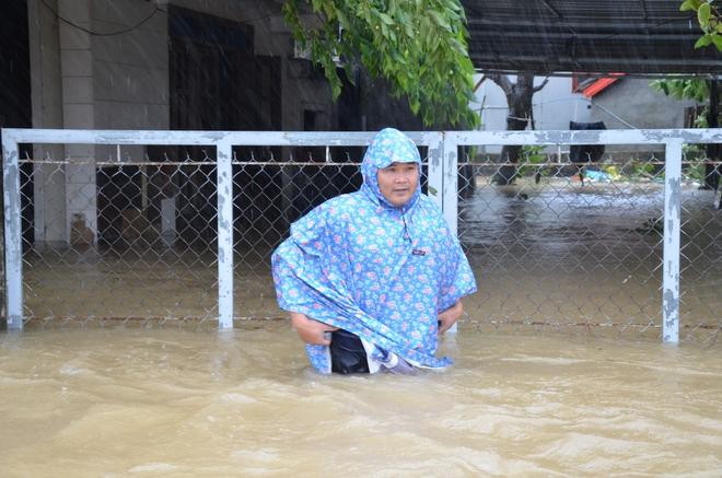 Dân Quảng Bình lùa trâu lên quốc lộ tránh lũ, cứu hộ chạy đua giải cứu bà cụ gãy chân tay kẹt trong nước - Ảnh 6.