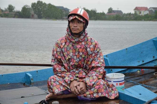 Miếng cơm ăn vội dưới mưa trên đường đưa đồ tiếp tế cho dân bị lũ cô lập ở Quảng Bình - Ảnh 13.