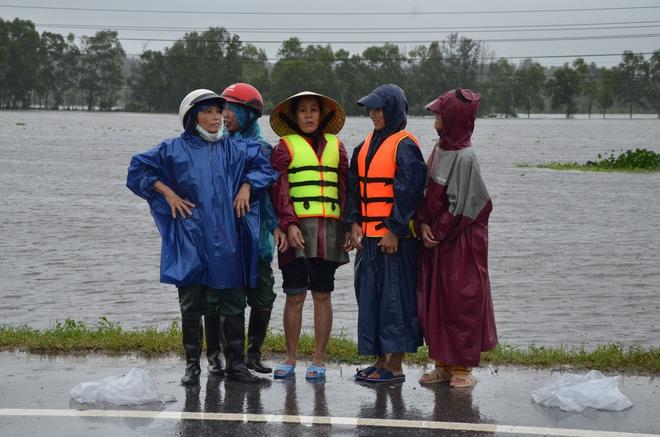 Miếng cơm ăn vội dưới mưa trên đường đưa đồ tiếp tế cho dân bị lũ cô lập ở Quảng Bình - Ảnh 9.