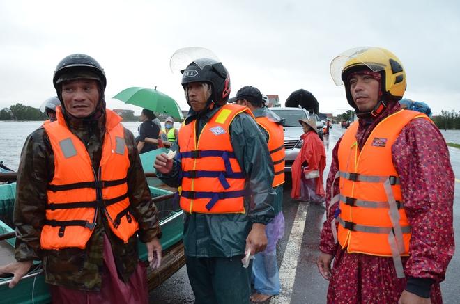 Miếng cơm ăn vội dưới mưa trên đường đưa đồ tiếp tế cho dân bị lũ cô lập ở Quảng Bình - Ảnh 8.