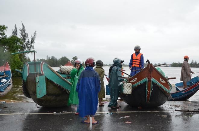 Miếng cơm ăn vội dưới mưa trên đường đưa đồ tiếp tế cho dân bị lũ cô lập ở Quảng Bình - Ảnh 3.