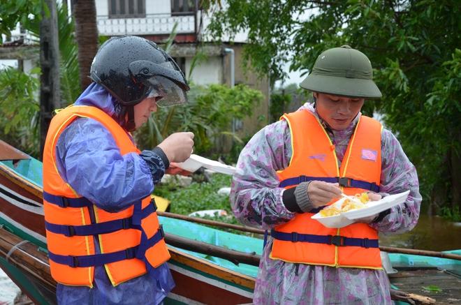 Miếng cơm ăn vội dưới mưa trên đường đưa đồ tiếp tế cho dân bị lũ cô lập ở Quảng Bình - Ảnh 10.