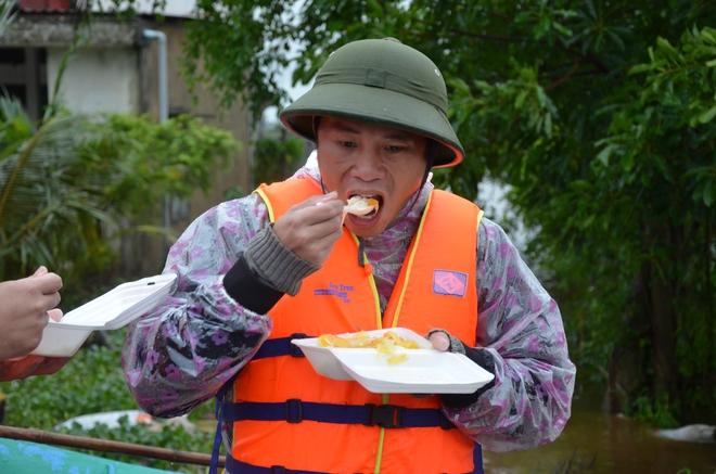 Miếng cơm ăn vội dưới mưa trên đường đưa đồ tiếp tế cho dân bị lũ cô lập ở Quảng Bình - Ảnh 11.
